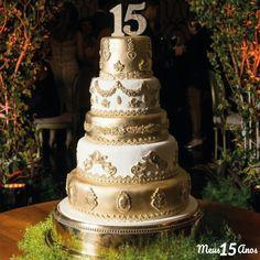 Bolo de luxo branco e dourado. Com 5 andares esse bolo se destaca muito, sendo a escolha ideal para uma festa de 15 anos tradicional. Wedding Trends, Fall Wedding, Rustic Wedding, Quince Cakes, Cheap Wedding Invitations, Lace Table, 15th Birthday, Wedding Hair Down, Wedding Colors