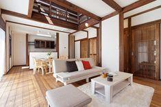 柱や梁が美しい、真壁作りの家。 真壁とは、柱や梁などの建物の軸組が表面に見える建築様式。 壁や柱が呼吸することができ、湿度調節も可能で、日本の気候風土に適した建築様式です。 無垢材の肌触りと風合いが、暮らしを彩る和モダンの家。 注文住宅 千葉 新築一戸建て ローコスト住宅 Divider, Loft, How To Plan, Furniture, Home Decor, Decoration Home, Room Decor, Lofts, Home Furnishings