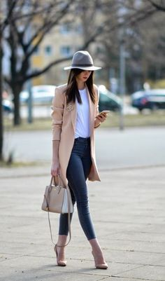 36 Trendy fall outfit ideas for women Fall is one of the most fun seasons. Here are 36 trendy fall outfit ideas for women to get you inspired. It's all about layering with statement pieces. Source by fall outfits Casual Chic Outfits, Classy Winter Outfits, Trendy Fall Outfits, Classy Casual, Casual Dresses, Autumn Outfits, Casual Winter, Emo Outfits, Outfit Winter