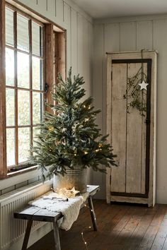 Christmas lights and trees perfect to create an intimate festive atmosphere in any room Christmas House Lights, Cosy Christmas, Cottage Christmas, Natural Christmas, Scandinavian Christmas, Primitive Christmas, Country Christmas, Simple Christmas, Christmas Home