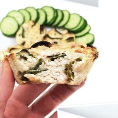 Rychlý recept natřískaný bílkovinami a bez sacharidů: Tuňákové muffiny Malá konzerva tuňáka ve vlastní šťávě Vajco 100g Šmakoun přírodní aroma Kousek pórku Šmakouna nastrouhám - půl na jemno a půl na hrubo, pórek nakrájím na proužky a smíchám s vajíčkem a tuňákem (včetně šťávy). Naplním muffinový formy a peču asi 25 minut (prostě, dokud nejsou upečený) na 180stupňů. Salmon Burgers, Tuna, Mashed Potatoes, Zucchini, Low Carb, Fish, Vegetables, Ethnic Recipes, Fitness