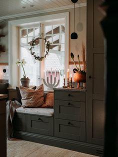 Cosy Kitchen, Kitchen Corner, English Interior, Christmas Interiors, Living Room Windows, Scandinavian Home, Interior Design Inspiration, Kitchen Interior, Home Remodeling