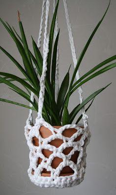 Crocheted plant hanger made from DIY t-shirt yarn.  Ampel virkad av gammalt trikålakan. #recycling #återbruk