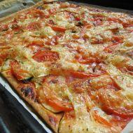 Fotografie receptu: Domácí pizza s cuketou, rajčaty a sýrem