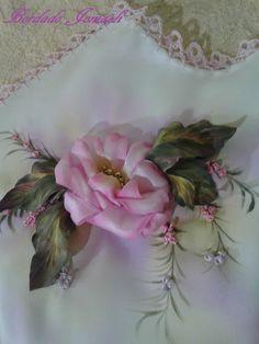 Rosa bordada en cinta, hojas pintadas e insertada. Pintura textil, ante y durante el procesamiento.