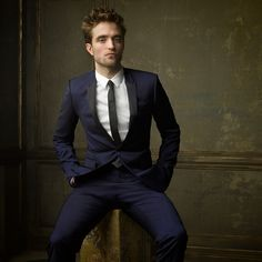 Robert Pattinson's official photo for Vanity Fair Oscar Party ! Photo caption: Robert Pattinson rocks blue and black (or is it white and gold? Business Portrait, Business Headshots, Portrait Shots, Portrait Photography, Men Portrait, Fair Photography, Male Portraits, Rodrigo Lombardi, Mark Seliger