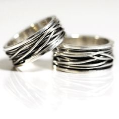 Zilveren ringen met een draadwikkeling. Kan ook in goud gewikkeld worden. Informeer naar diverse mogelijkheden.