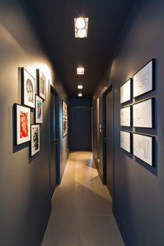 Couloir éclairé par des led déco прихожая et мебель. Hallway Designs, Wall Art Designs, Wall Design, House Design, Travel Gallery Wall, Travel Wall, Casa Milano, Corridor Lighting, Decoration Entree