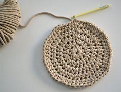 Háčkovaný puf s fotopostupem Crochet Pouf, Crochet Hats, Crochet Videos, Doilies, Diy And Crafts, Crochet Earrings, Knitting, Projects, Home Decor
