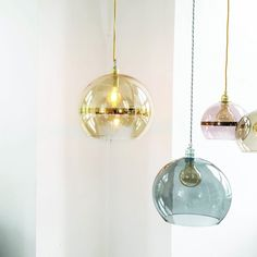 Horisontal stripes in metallic gold, copper and platinum add warmth and sophistication to the Rowan pendant lamp. Available in both clear and toned glass.