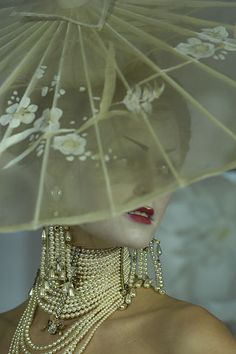 pearls Christian Dior haute couture s/s 2007 John Galliano, Dior Haute Couture, Couture Fashion, 3d Fashion, Christian Dior, Bijoux Art Deco, Umbrellas Parasols, Wedding Umbrellas, No Rain