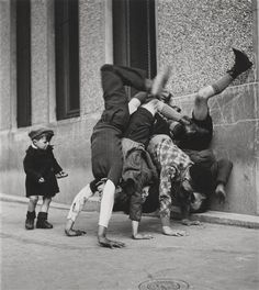 "Robert Doisneau, Parigi, Francia 1937 ""Les pieds au mur"""