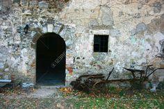 3740097-Objetos-de-las-zonas-rurales-abandonadas-entrada-con-arado-oxidado-Foto-de-archivo.jpg (JPEG Image, 1300×866 pixels)