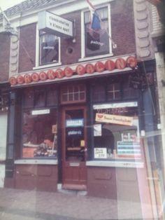 Hier ben ik op 21-08-1971 geboren.Hooftstraat 17 Alphen aan den Rijn; 2e raam rechtsboven. Boven de vishandel van mijn ouders.
