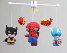 ♥ Importante: ♥ Este móvil no está listo para envío.  Hola, Bienvenido a la tienda de Les Petites  Deje que su Petites con un hermoso toque a mano decoración la habitación de tu bebé con este magnífico móvil. ** Por favor lea todo antes de hacer su compra para todos los detalles y preguntas. ¡ Gracias!  ~ DETALLES ~ Este bebé móvil incluye: Cinco super héroes y dos logos en la imagen. Iron Man Batman Hulk Capitán América Spider-Man  Atención ** si desea que otros personajes me avisan…