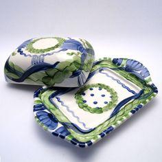 Alle Dosen der Familie VertBleu! Die Grün-Blaue Designfamilie von Unikat-Keramik. Das wohl einzigartigste Keramik Geschirr der Welt! Spoon Rest, Crocs, Tableware, Design, Blue Green, Dishes, World, Dinnerware, Design Comics