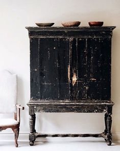 14 Brilliant Fresh Rustic Farmhouse Remodel Ideas For New Look - Rearwad Black Furniture, Vintage Furniture, Country Furniture, Distressed Furniture, Black Distressed Cabinets, Primitive Furniture, Furniture Dolly, Farmhouse Furniture, Cabinet Furniture