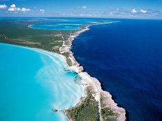 De grens tussen de Caribische Zee en de Atlantische Oceaan op de Bahamas