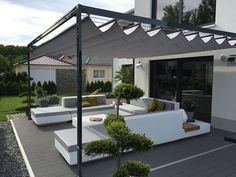 Unsere elektrische Pergola Faltdach Markise überzeugt durch Ihre Kompakt… Our electric pergola folding roof awning convinces with its compactness and features and becomes comfortable over a radio hand transmitter Diy Pergola, Outdoor Pergola, Wooden Pergola, Diy Patio, Cheap Pergola, Pergola Garden, Pergola Lighting, Pergola Shade, Pergola Attached To House