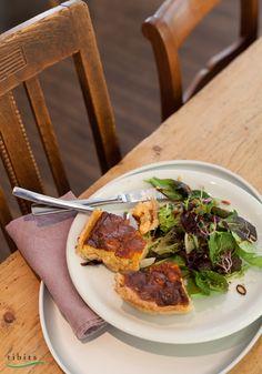 Quiche & Salat - die klassische französische Sommerkombination lässt sich auch bei uns am Buffet im Handumdrehen kreieren. Bon appétit!