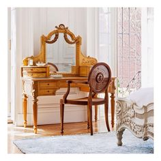 Home Tour: A Legendary New York Townhouse via Betsy Morgan. Beautiful vanity and chair. Feng Shui Espejos, Dressing Table Vanity, Dressing Tables, Vanity Desk, Vanity Tables, Vanity Area, Dressing Area, Dressing Rooms, New York Townhouse