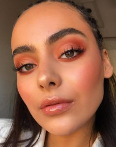 Nude + gloss In case you like very heavy make-up, we advocate that you simply use essentially the most nude lipstick you discover and put a bit of gloss on it. Blush Makeup, Prom Makeup, Skin Makeup, Beauty Makeup, Coral Makeup, Clown Makeup, Huda Beauty, Easy Eye Makeup, Halloween Makeup