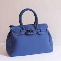Morbida e capiente borsa in neoprene blu.Si indossa portandola a mano e chiude con zip.Misure L36,5cm H26,5cm P17cmSpedizione 8 Euro
