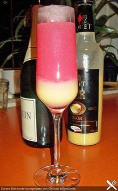 Eierlikör mit Sekt und Grenadine: 4 cl Eierlikör, 2 cl Grenadine, Sekt, 2 Würfel Eis