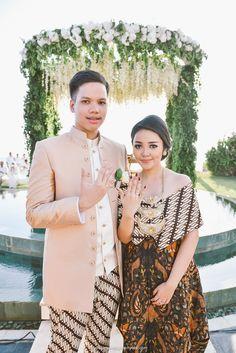 Pernikahan Adat Jawa Modern di Villa Phalosa - the guys jacket Wedding Party Dresses, Wedding Suits, Wedding Attire, Wedding Photoshoot, Javanese Wedding, Indonesian Wedding, Dress Brokat, Kebaya Dress, Kebaya Brokat