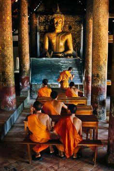 Boeddhistische monniken in Luang Prabang. Kijk voor meer reisinspiratie op www.nativetravel.nl