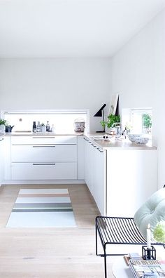 Via NordicDays.nl | White Kitchen | HAY Hee Chair | Arne Jacobsen