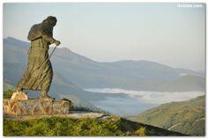 Monumento al peregrino, Alto de San Roque - A 4 km de O Cebreiro llegamos al Alto de San Roque, donde en 1993 se colocó una escultura en bronce de un peregrino avanzando contra el viento; una obra emblemática del escultor gallego José María Acuña.