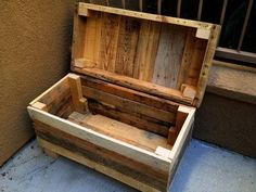 I love this chest made from pallets.