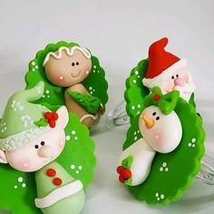 Polymer Clay Christmas, Polymer Clay Crafts, Disney Christmas Decorations, Christmas Crafts, Christmas Cake Topper, Kawaii Diy, Xmas Ornaments, Cute Dolls, Clay Creations