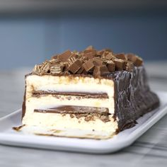 Recipe with video instructions: Crispy kit kat contrast creamy ice cream in this chocolate covered ice cream cake. Ingredients: 1 can condensed milk, cup milk, 3 egg yolks, 1 cup heavy. Sweet Recipes, Cake Recipes, Dessert Recipes, Kit Kat Recipes, Torta Kit Kat, Kitkat Torte, Delicious Desserts, Yummy Food, Kolaci I Torte