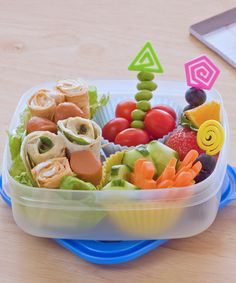 What you can do to encourage your child to eat more adventurously and avoid meal-time battle scenes. Bento Box, Lunch Box, Toddler Meals, Kids Meals, Fussy Eaters, Snacks Für Party, Kid Friendly Meals, Kids And Parenting, Fruit Salad