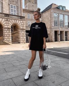 Damenmode Weddings - The Fool With A Tool - Odd Traditions Peculiar wedding traditions that may seem Biker Boots Outfit, Summer Boots Outfit, Doc Martens Outfit Summer, Winter Fashion Outfits, Look Fashion, Spring Outfits, Cute Casual Outfits, Girl Outfits, White Dr Martens