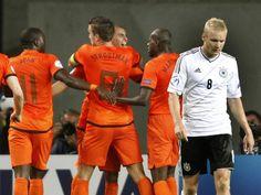 Sebastian Rode (r) geht geknickt nach dem ersten Tor der Niederländer über das Spielfeld, während die Gegenspieler jubeln.  Die deutsche U-21-Nationalmannschaft hat ihr Auftaktspiel der EM mit 2:3 (0:2) gegen das Oranje-Team verloren. (Foto: Roland Weihrauch/dpa)