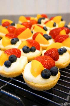 Fruit tarts are like little delicate bites of goodness - flakey, sweet, creamy. No only are they tasty, but also eye candy, so pretty! My sister shared with me this amazing recipe and now it& Easy Desserts, Delicious Desserts, Dessert Recipes, Sweet Pie, Sweet Tarts, Fruit Smoothie Recipes, Party Finger Foods, Tart Recipes, Galette
