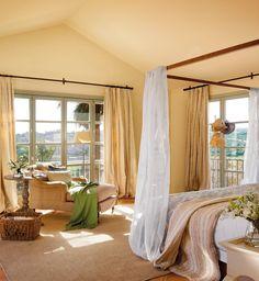 Dormitorio en tonos mostaza con chaise longue y mesa velador. Tu dormitorio puede ayudarte