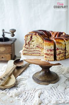 Mój nowy ulubiony przepis na ciasto drożdżowe! Mascarpone dodajemy do ciasta, a nie do nadzienia, co nadaje drożdżówce wyjątkowej miękkości i wilgotności. Do tego jeszcze kwaskowate nadzienie z derenia i mamy ciasto drożdżowe idealne Wieniec drożdżowy z dereniem bardzo długo zachowuje świeżość, ciasto jest bardzo plastyczne i dobrze się z nim pracuje. O dereniu poczytacie […]