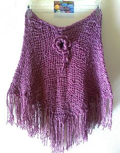 MIS TEJIDOS Y OTRAS HIERBAS: Ponchos Este poncho color fucsia, se realizó con lana semi gruesa, en una hebra. Se acompaña de un prendedor de flor, tejido a crochet.