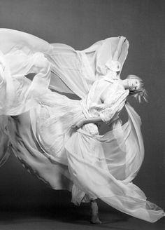 ghost dance...pretty  Faldas en movimiento.....