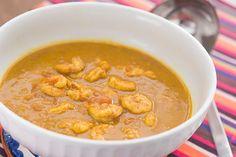 CAMARÕES ao CURRY. Uma receita clássica indiana, com o detalhe de que na Índia cada pessoa prepara sua própria mistura de especiarias para o curry. É possível preparar em casa o seucurry, mas como uso pouco gosto de comprar o Curry Madras da marca Bombay.
