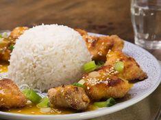 Une idée pour préparer des blancs de poulet ? Testez cette recette pleine de goût à l'orange et au sésame. A accompagner de riz parfumé, un délice !