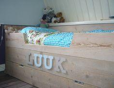 De jongens willen zon steigerhouten bed met hun naam er op.
