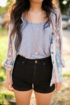 An easy look with black denim shorts and a vintage shirt.