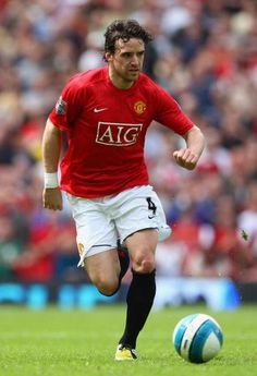 Owen Hargreaves - from Bayern Munich - Career encapsulated at United. Brilliant when fit, but never available. Manchester United Images, Manchester United Players, Football Latest, Man Utd Squad, Sir Alex Ferguson, Professional Football, Man United, Football Players, Soccer