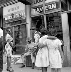 Wayne Miller - Two girls waiting outside a tavern, Chicago, 1947. .