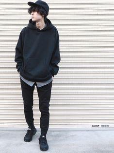 全体は黒にまとめて差し色にグレーを♪ EMMAのシャツは長さがあるので、大きめのパーカーでも重ね着が